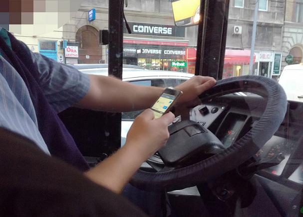Mobilját nyomkodva vezette a buszt a sofőr - fotó: Blikk olvasó